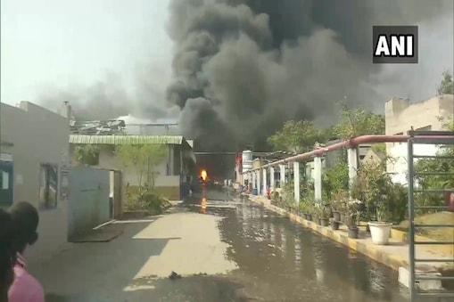 आग लगने से आसपास के इलाके में गैस का रिसाव या कोई खतरा पैदा नहीं हुआ है.