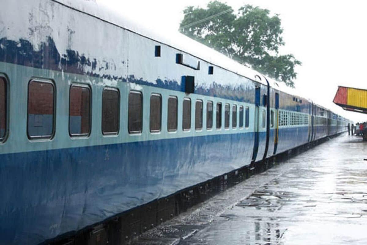 नीली ट्रेन