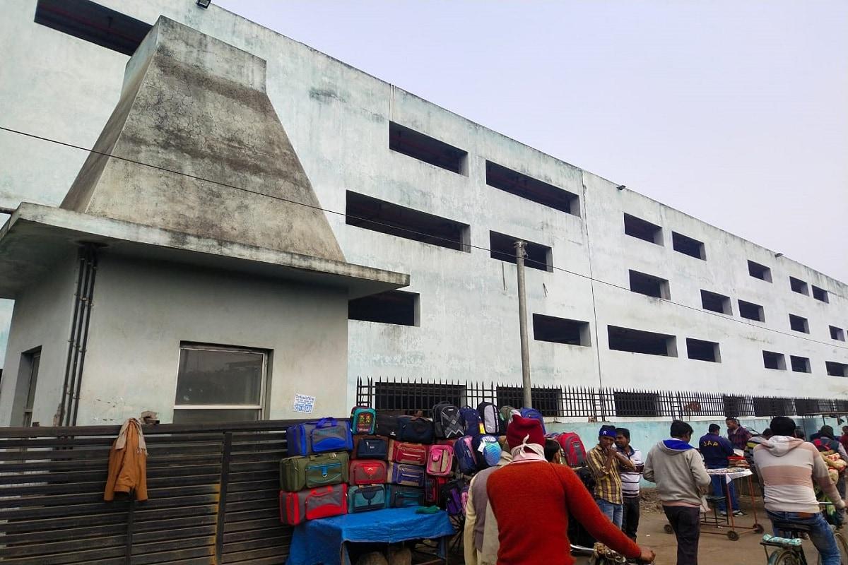 पटना में मल्टीलेवल पार्किंग बिल्डिंग (Multilevel Parking Building) को लेकर सीएम नीतीश कुमार (CM Nitish Kumar) का बड़ा सपना था. कोशिश थी कि बाहर दूसरे शहर से पटना जंक्शन पहुंचते ही पटना की सुंदर तस्वीर लोगों तक पहुंचे और जाम से छुटकारा मिले. पर आज स्थिति ठीक नहीं है.