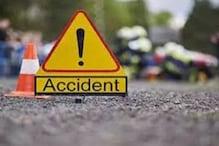 Vaishali News: घने कोहरे में डिवाइडर से टकराकर पलटी बस, एक की मौत, 12 घायल