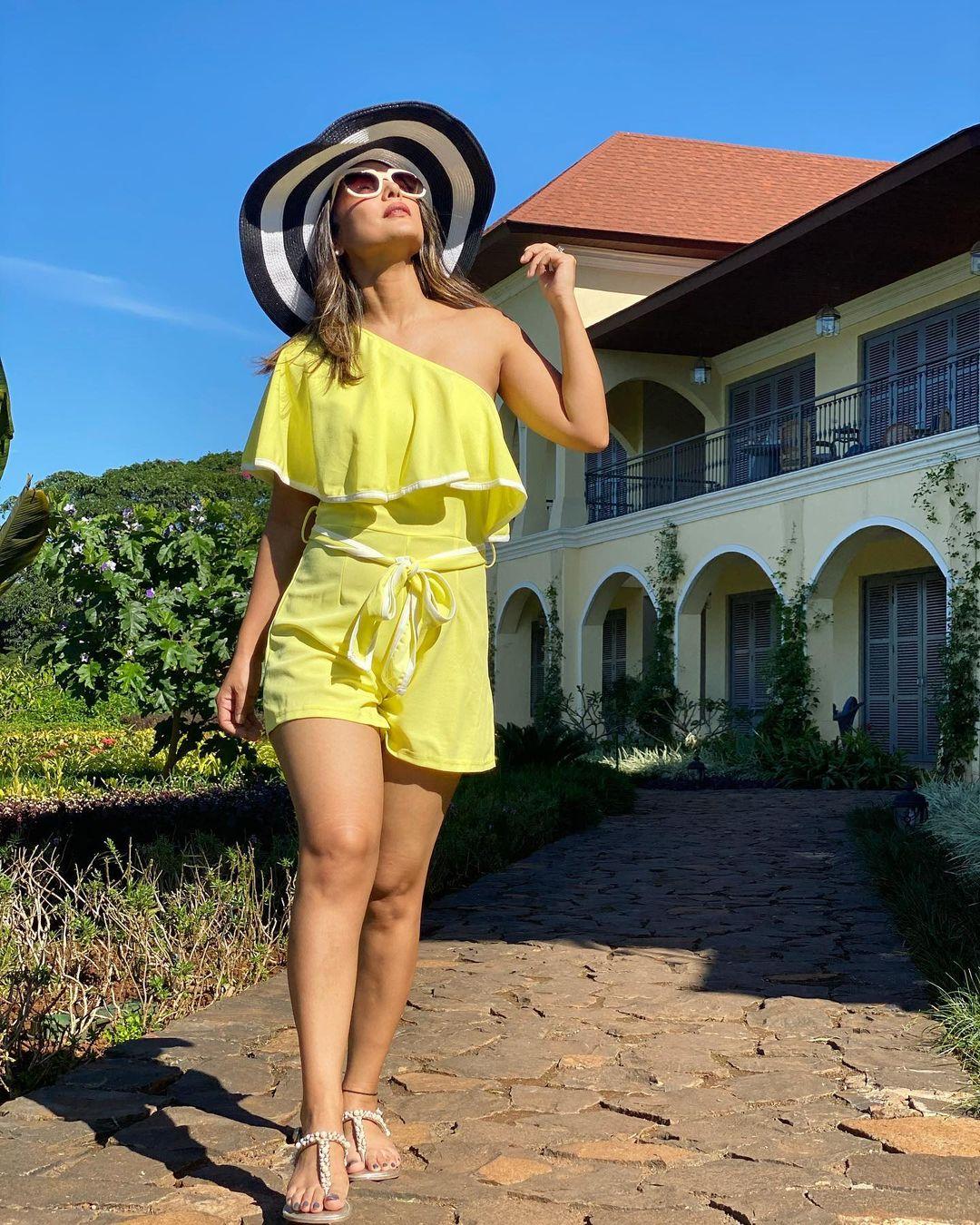Hina Khan, Bold Photos, Hina Khan Shared Bold Photos in Yellow Dress, social media, viral news, tv, news 18 hindi