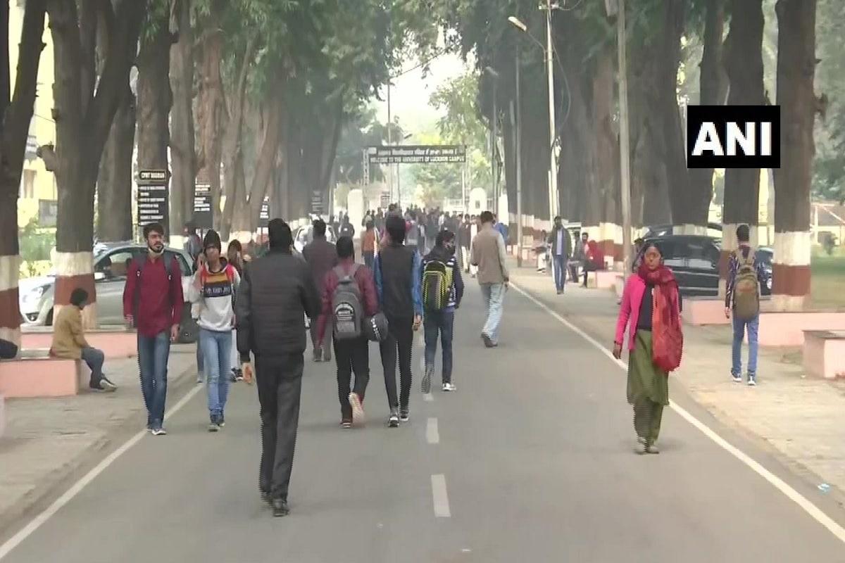 लखनऊ. उत्तर प्रदेश की प्रतिष्ठित लखनऊ यूनिवर्सिटी ने रोजगार सृजन को लेकर एक अनूठी पहल की है. इसके तहत विश्वविद्यालय में पढ़ने वाले छात्रों को कैंपस में पार्टटाइम जॉब देने की व्यवस्था की गई है. (ANI)