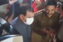 उज्जैन के पुलिसवाले ने BJP अध्यक्ष के पैर छुए, अब Viral Videoसे हो रही फजीहत