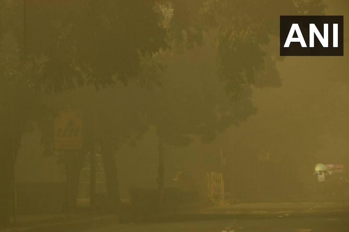 नई दिल्ली. देश की राजधानी दिल्ली में ठंड का असर खत्म होने का नाम नहीं ले रहा है. लगातार कई दिनों से शीतलहर की स्थिति बनी हुई है. वहीं मंगलवार को भी दिल्ली में सुबह कोहरे की मोटी परत छाई रही. (ANI)