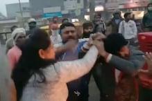 ...जब बीच सड़क पर पत्नी ने प्रेमी के साथ मिलकर कर दी पति की पिटाई, Video वायरल