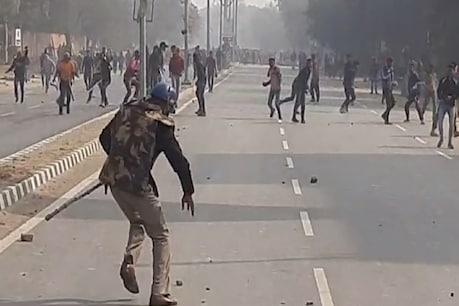 आगरा (Agra) में गुरुवार को एक युवक की मौत के बाद गुस्साई भीड़ ने तोरा पुलिस चौकी में घुसकर आगजनी और तोड़फोड़ की थी. इस दौरान पुलिसकर्मियों से भी मारपीट की गई. उग्र भीड़ देख पुलिसकर्मियों को मौके से भागना पड़ा.