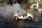 PHOTOS: चरखी दादरी में चलती रिट्ज कार में लगी आग, चालक ने कूदकर बचाई जान
