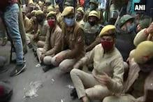 ...जब किसानों को रोकने के लिए सड़क पर बैठ गए दिल्ली पुलिस के जवान, देखें Photos