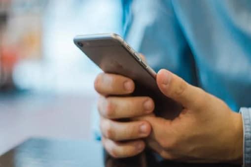 ओटीपी फ्रॉड में आपके मोबाइल मैसेज को किसी और फोन पर डायवर्ट कर दिया जाता है.