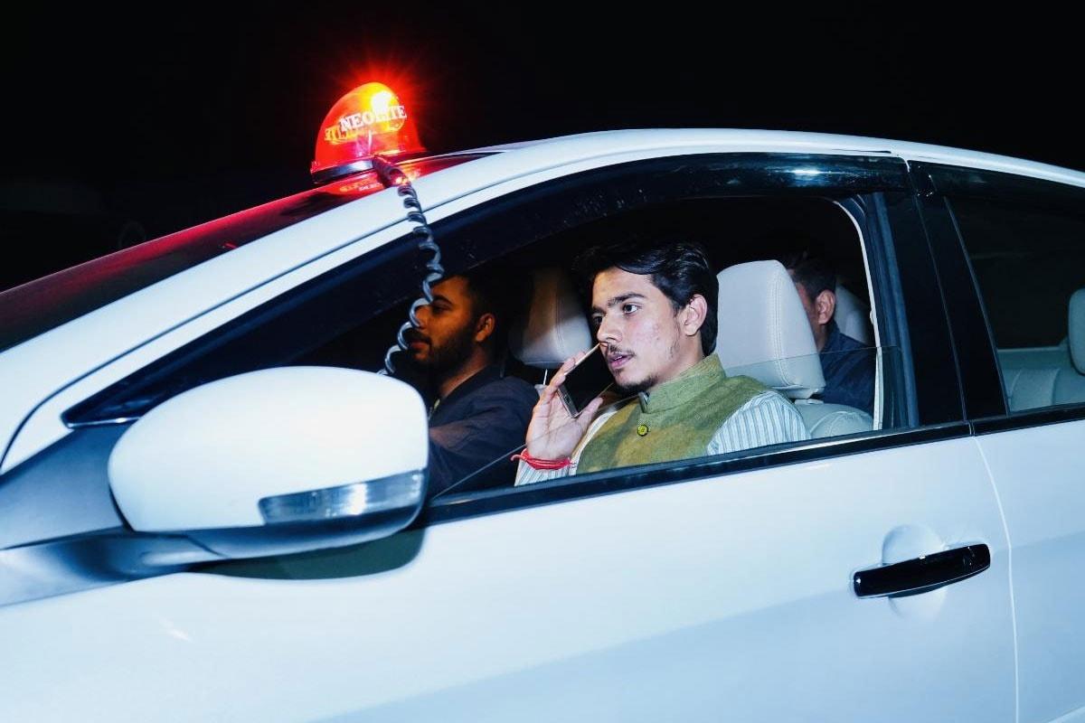 कोटा की सड़कों पर अपनी गाड़ी में लाल बत्ती लगाकर टशन दिखाते घूम रहा BJP का ये नेता