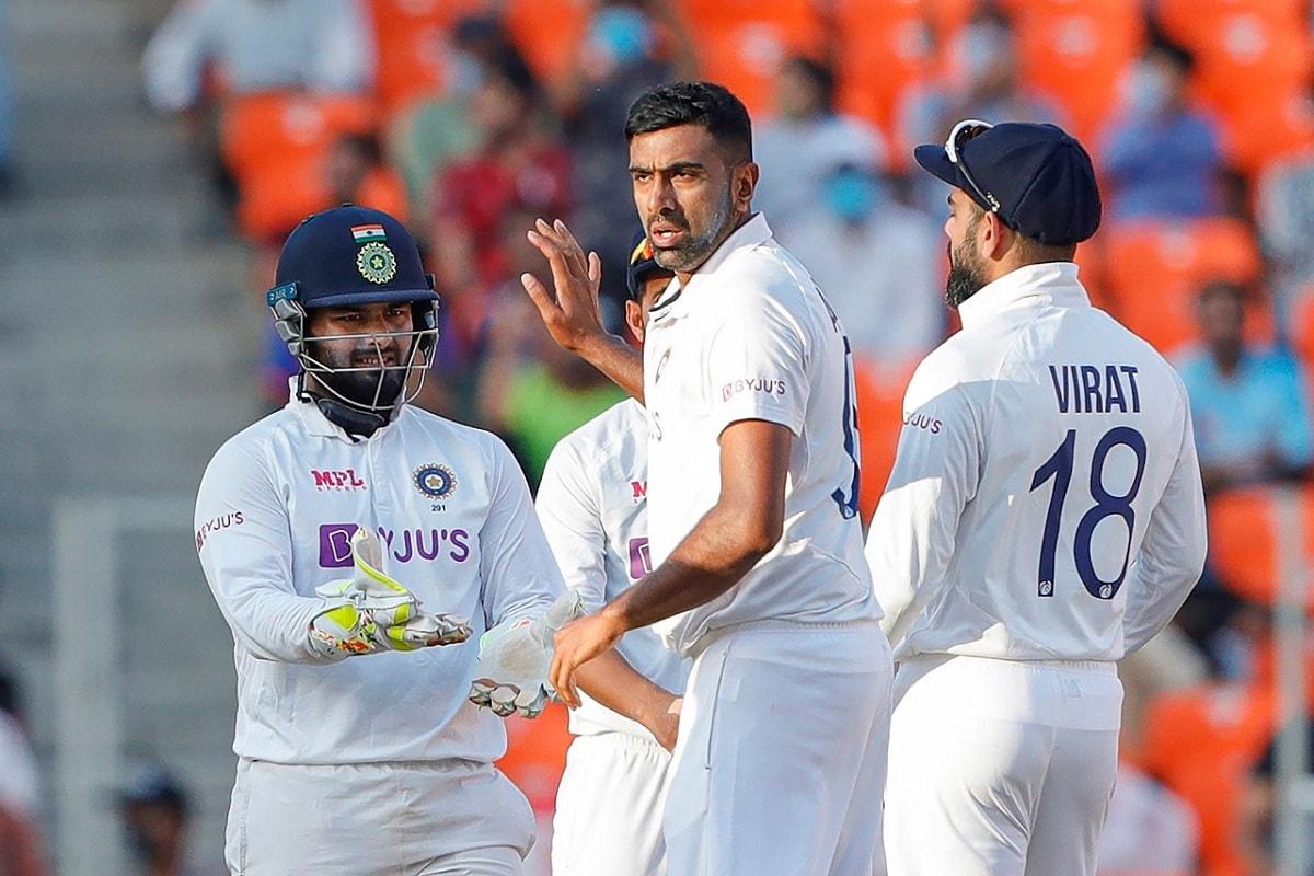 नई दिल्ली. भारत ने इंग्लैंड को अहमदाबाद टेस्ट में 10 विकेट से हराकर आईसीसी वर्ल्ड टेस्ट चैंपियनशिप (ICC World Test Championship) में टॉप रैंकिंग हासिल कर ली है. अहमदाबाद में भारत ने महज दो दिन में ही मेहमान टीम को हरा दिया और इसके साथ ही इंग्लैंड के फाइनल में पहुंचने की सारी राह बंद हो गई. वहीं दूसरी ओर भारत का अब फाइनल में पहुंचना लगभग तय लग रहा है.(फोटो : पीटीआई)