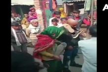Agra News: प्रेमी के साथ लौटी महिला तो लोगों ने जूते की माला पहना जुलूस निकाला
