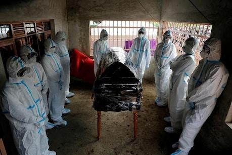 कोरोना वायरस की वजह से मरे एक डॉक्टर के चारो ओर सुरक्षा ड्रेस के साथ खड़े लोग। (रॉयटर्स)