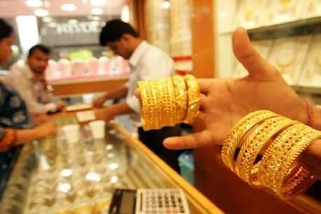 उत्तर प्रदेश में सोने के दाम पिछले 10 दिनों के सोमवार यानि एक मार्च को कम हैं. सोमवार को यूपी में 10 ग्राम 22 कैरेट सोने के दाम  44810 रुपये है.
