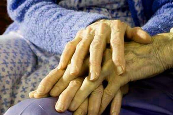 दंपति का उपचार कर रहे डॉ. कपिल तिवारी ने बताया कि बुजुर्ग दंपति को काफी बुरी हालत में अस्पताल लाया गया था. (सांकेतिक फोटो)