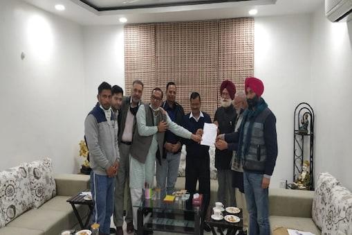 संयुक्त किसान मोर्चा के  प्रतिनिधियों ने दिल्ली के मुख्यमंत्री अरविंद केजरीवाल से मुलाकात की। (एएनआई)