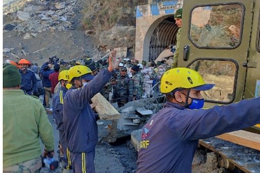 डीजीपी अधोक कुमार का कहना है कि उनकी दूसरी टीम अब उन गांव तक रसद पहुंचा रही है जो गांव इलाके से कट गये हैं.