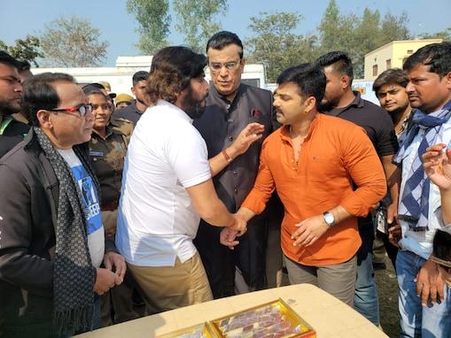 भोजपुरी के पावर स्टार पवन सिंह को मिठाई खिलाते सुपरस्टार रवि किशन.