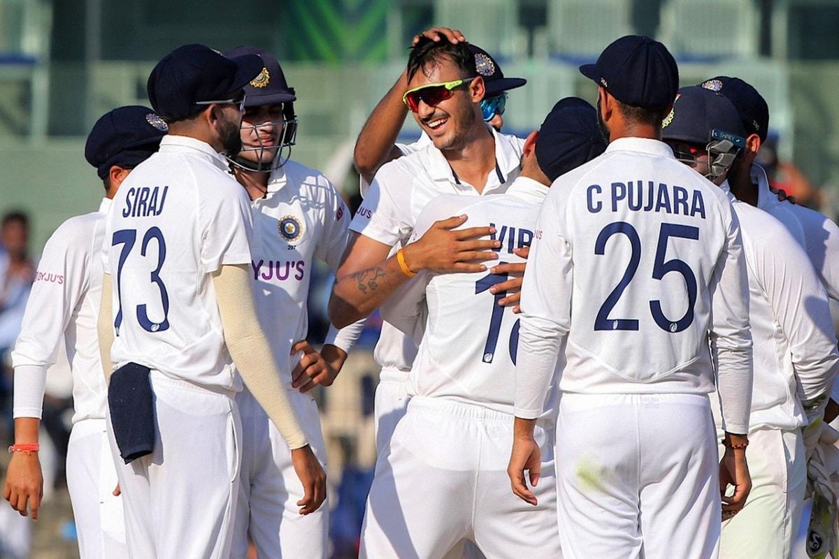 नई दिल्ली. भारत के बाएं हाथ के स्पिनर अक्षर पटेल (Axar Patel) ने जबसे टेस्ट क्रिकेट में कदम रखा है, वो छाए हुए हैं. अक्षर पटेल ने पहले टेस्ट मैच से ही अपना जलवा दिखाना शुरू किया था और करियर का दूसरा टेस्ट खत्म होते-होते वो दुनिया के सबसे घातक गेंदबाज बन गए हैं. यही नहीं अहमदाबाद टेस्ट में 11 विकेट लेकर उन्होंने कई रिकॉर्ड अपने नाम कर लिये हैं. आइए डालते हैं उनपर एक नजर (PTI)