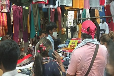 Sarojini Market is the cheapest market in Delhi, where clothing starts at Rs 50-100.