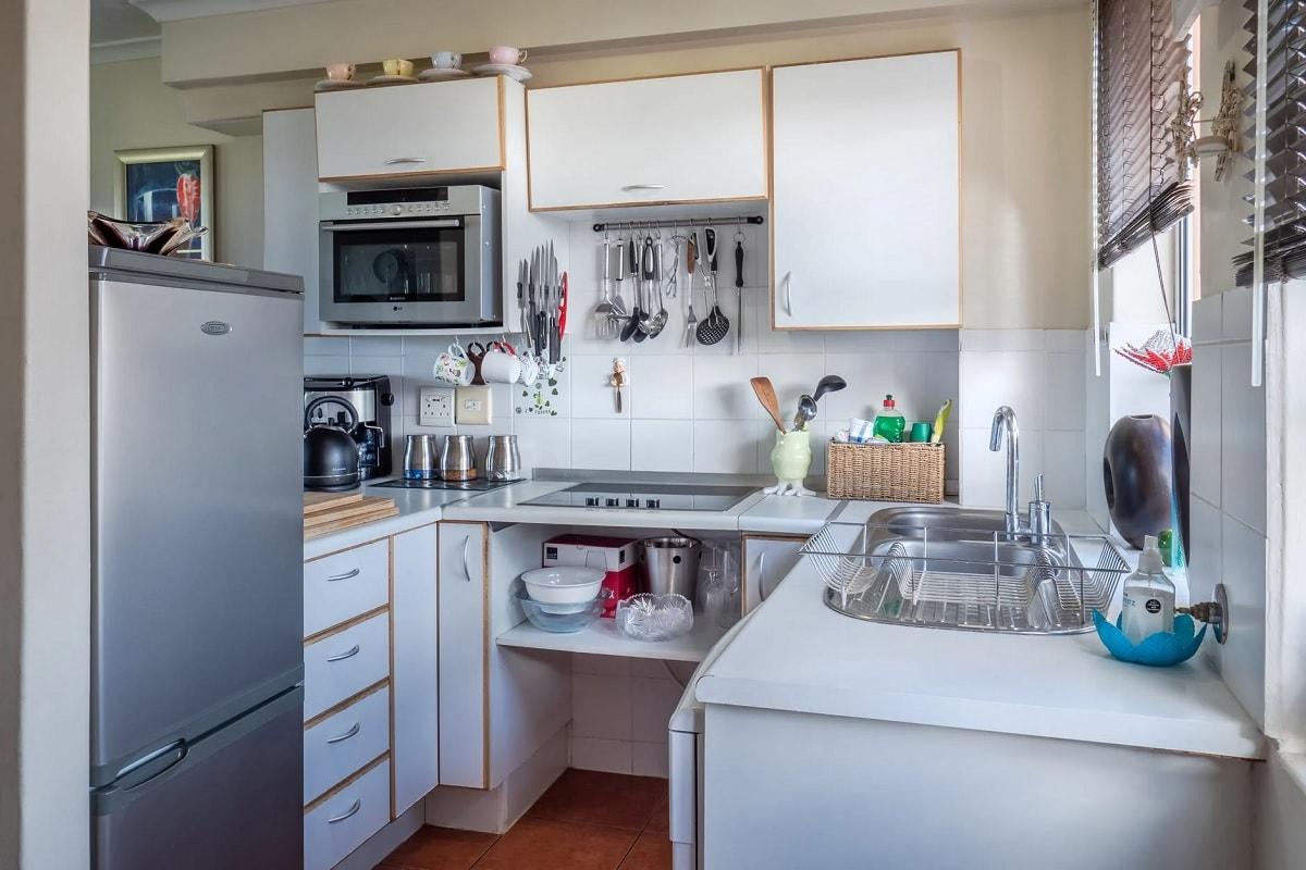 Kitchen Vastu Tips: घर में सकारात्मक ऊर्जा (Positive Energy) का वास होता है. वास्तु दोष का सीधा असर गृहस्वामी और गृहस्वामिनी पर पड़ता है. वास्तुशास्त्र के अनुसार परिवार के लोगों में बीमारी, चिंता आदि परेशानियां किचन के सही दिशा में न होने के कारण हो सकती हैं. आइए जानें किचन से जुड़े वास्तु टिप्स के बारे में- Image Credit: Jean-van-der-Meulen/pexels