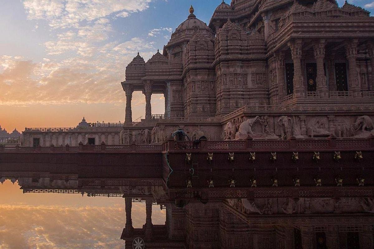 स्वामीनारायण अक्षरधाम मंदिर अपने लंबे-चौड़े परिसर और बेहद महीन और खूबसूरत काम के लिए जाने जाते हैं. दिल्ली का स्वामीनारायण मंदिर लगभग 100 एकड़ में फैला हुआ है और इसे दुनिया से सबसे विशाल परिसर वाले हिंदू मंदिर के तौर पर गिनीज बुक में शामिल किया गया है. लेकिन दुनिया का सबसे पहला स्वामीनारायण मंदिर गुजरात के अहमदाबाद में बना था. 24 फरवरी 1822 में बने इस मंदिर में काफी बारीक नक्काशी है और कई धर्मों के दर्शन यहां होते हैं.