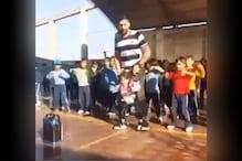 विकलांग बच्ची ने जिम टीचर की मदद से किया फ्रेंड्स के साथ डांस, देखिए वीडियो