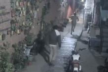 दिल्ली में तीन बदमाशों के पीछे भागते बहादुर पुलिस वाले की तस्वीर वायरल
