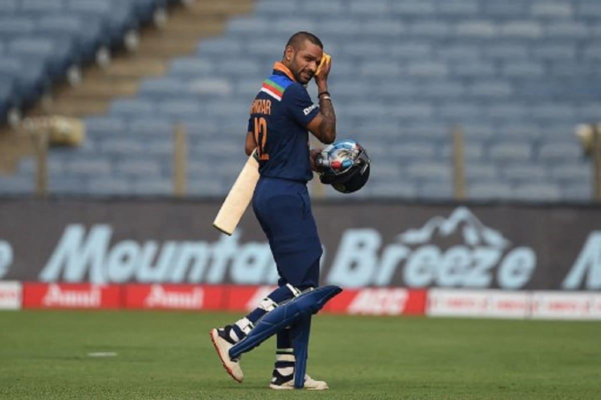 शिखर धवन: बाएं हाथ के खिलाड़ी को एशिया कप 2018 संस्करण में भारत के उप-कप्तान के रूप में नामित किया गया था, जबकि रोहित शर्मा इस टूर्नामेंट में कप्तानी कर रहे थे. हालांकि, 2020-21 में ऑस्ट्रेलियाई दौरे जब भारत रोहित शर्मा (सीमित ओवरों के उपकप्तान) के बिना था, तब धवन फेवरेट नहीं थे. फिलहाल शिखर धवन पूरे फॉर्म में हैं. आईपीएल 2021 स्थगित होने से पहले वह दिल्ली कैपिटल्स के लिए खेलते हुए 8 मैचों में 380 रन बना चुके थे. रोहित और विराट की गैरमौजूदगी में शिखर धवन का अनुभव और हर परिस्थिति में शांत-सकारात्मक रहने की क्षमता उन्हें इस पद का उम्मीदवार बनाती है. धवन ने भारत के लिए 142 वनडे में 5977 और 65 टी20 में 1673 रन बनाए हैं. (PIC: AFP)