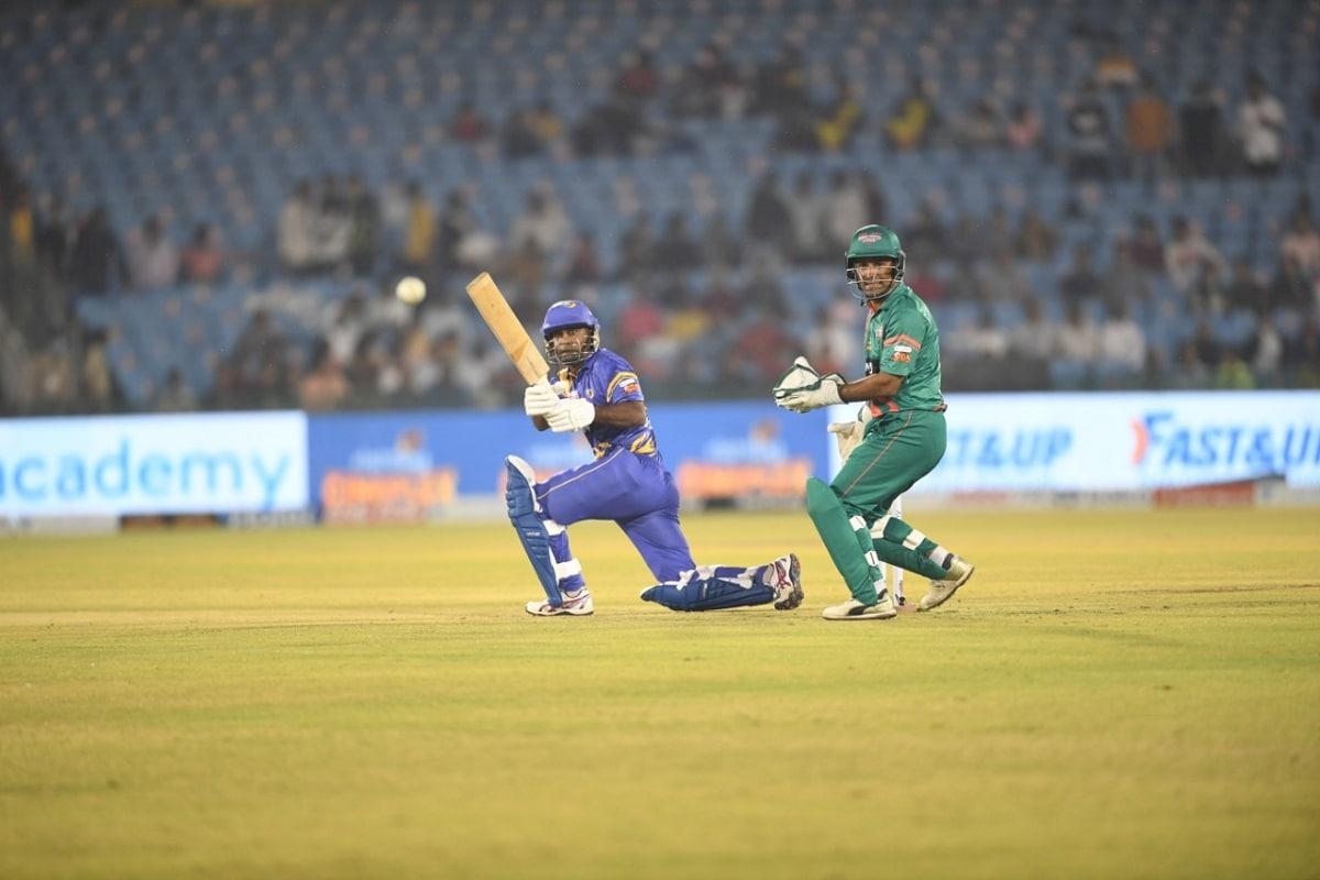 नई दिल्ली. रोड सेफ्टी सीरीज (Road Safety World Series T20) के 10वें मैच में श्रीलंका लीजेंड्स ने बांग्लादेश लीजेंड्स (Bangladesh Legends vs Sri Lanka Legends) पर एकतरफा जीत हासिल की. श्रीलंका लीजेंड्स ने पहले बल्लेबाजी करते हुए 20 ओवर में 6 विकेट पर 180 रन बनाए, जवाब में बांग्लादेश लीजेंड्स की टीम 20 ओवर में 6 विकेट पर 138 रन ही बना सकी और 42 रनों से मैच हार गई. (फोटो-न्यूज 18)