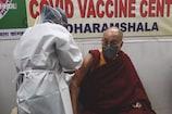 हॉस्पिटल में आम लोगों की तरह पहुंचकर धर्मगुरु दलाईलामा ने लगवाई कोरोना वैक्सीन
