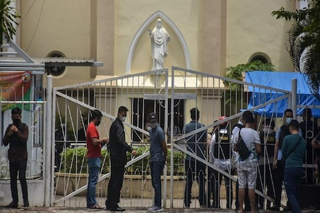 Police arrived at the scene outside the church in Indonesia.  (AFP / 28 March 2021)