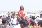महिला दिवस पर घोड़े से विधानसभा पहुंचीं कांग्रेस MLA अंबा प्रसाद, देखें Photos
