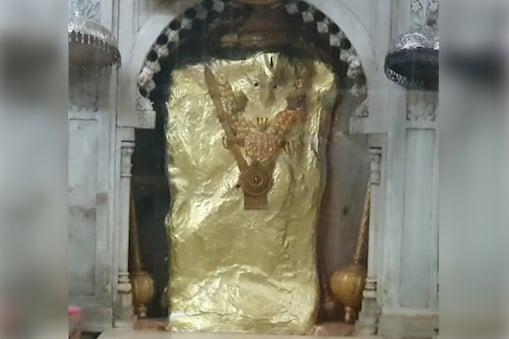 मंदिर की बनावट परम्परागत राजपूत वास्तुकला से प्रभावित है. मंदिर में चार प्रांगण हैं. पहले दो में भैरव बाबा और बाला जी की मूर्ति है. तीसरे और चौथे में दुष्ट आत्माओं के सरदार प्रेत राज का प्रांगण है.
