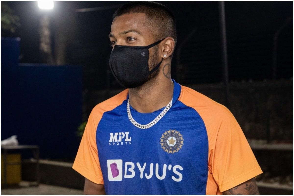 मुंबई इंडियंस ने अपने आधिकारिक ट्विटर हैंडल पर कप्तान रोहित शर्मा के मुंबई पहुंचने का वीडियो पोस्ट किया है. इससे पहले उसने हार्दिक, क्रुणाल और सूर्यकुमार के मुंबई टीम से जुड़ने का वीडियो पोस्ट किया था. (Mumbai Indians/Twitter)
