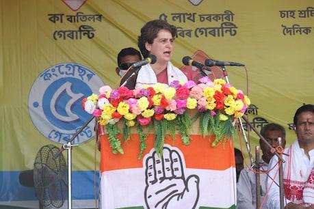 असम के सरुपथार में एक चुनावी रैली को संबोधित करतीं प्रियंका गांधी वाड्रा. (INCIndia Twitter/22 March 2021)