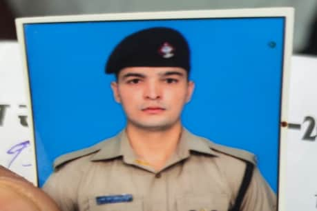 The dead body of the Uttarakhand police was found in the car.