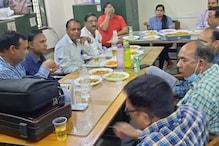 Holi 2021: अमरोहा में खुलेआम सरकारी दफ्तर में जाम छलकाते कर्मचारी, Photo Viral