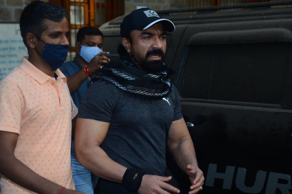 Ajaz Khan, Ajaz Khan arrested, Ajaz Khan arrested in drug case, NCB, Ajaz Khan taken for medical examination, Social Media, Bollywood News, ड्रग्स केस, एजाज खान गिरफ्तार, एजाज खान मेडिकल के लिए पहुंचे