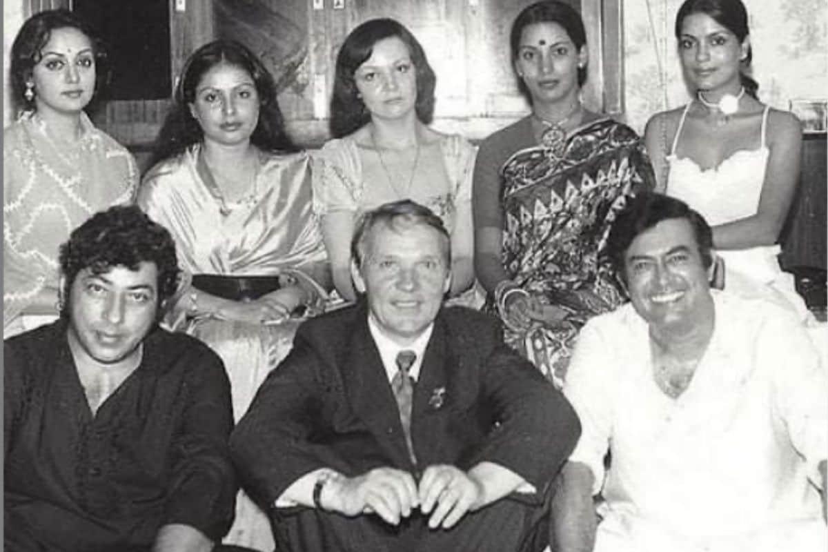 शबाना आजमी ने पुराने दोसतों के साथ शेयर की तस्वीर, क्या आपने पहचान की इन सिटारों को पाया!