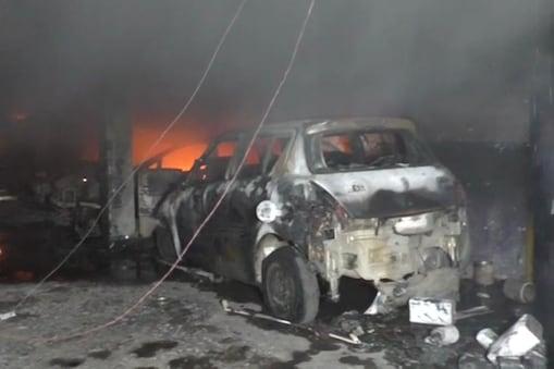 10 से ज्यादा दमकल की गाड़ियां  आग बुझाने में जुटी हुई है.
