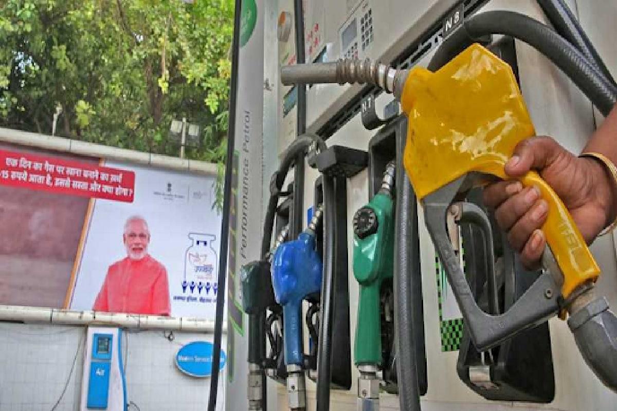 TMC की शिकायत पर EC का आदेश- 72 घंटे में बंगाल में पेट्रोल पंपों से हटाए गए PM मोदी की फोटो