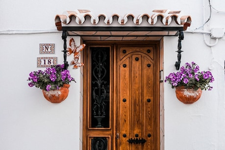 Say welcome to the guest from the front door like this.  Image Credit: pexels-adrianna-calvo