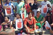 गैस के बढ़े दाम पर महिला कांग्रेस का प्रदर्शन, मिट्टी के चूल्हे पर सेंकी रोटी