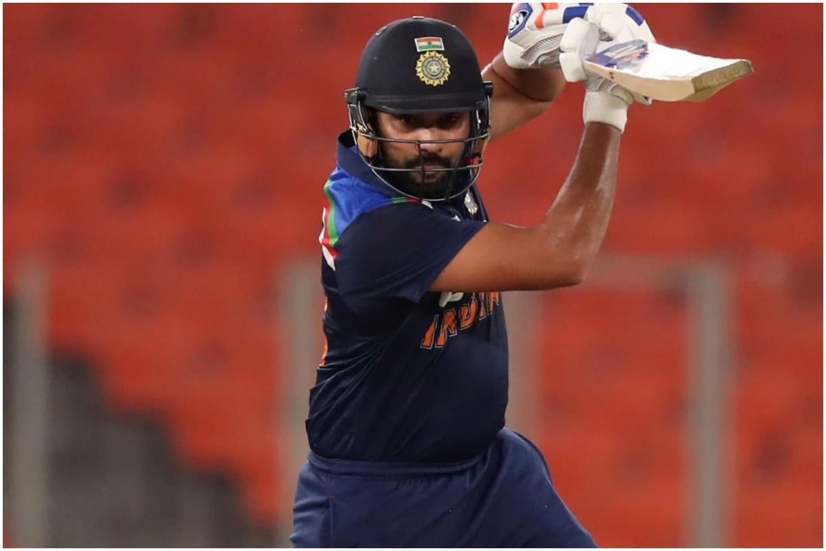 आपको बता दें पहले वनडे मैच में श्रेयस अय्यर के अलावा उपकप्तान रोहित शर्मा भी चोटिल हुए. बल्लेबाजी के दौरान रोहित शर्मा के हाथ में मार्क वुड की गेंद लग गई. रोहित शर्मा के हाथ से खून भी निकला लेकिन उन्होंने बल्लेबाजी जारी रखी. रोहित शर्मा 28 रन बनाकर आउट हुए. (PIC:AP)