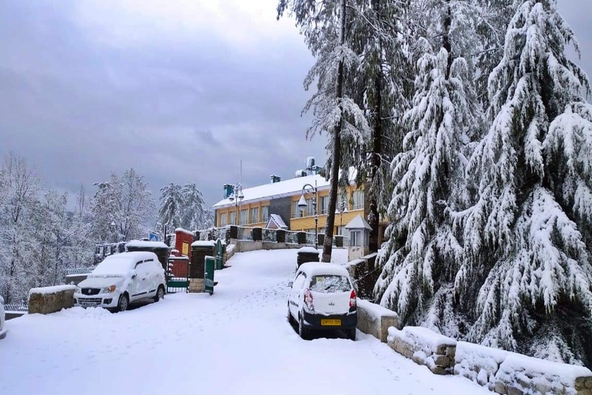 शिमला. हिमाचल प्रदेश में अप्रैल महीने में बर्फबारी ने रिकॉर्ड तोड़ दिया है. आलम यह है कि अप्रैल में जहां कभी बर्फ नहीं पड़ी, वहां भी हिमपात हो रहा है. शिमला में संजौली में एक अनसेफ मकान गिरने की भी सूचना है. (फोटो साभार-विक्रांत)
