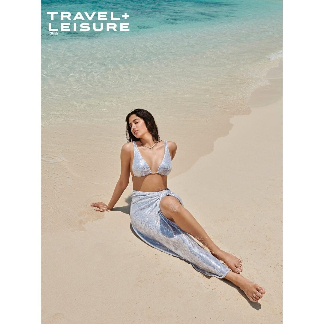 janhvi kapoor flaunts her sexy figure shimmery bikini
