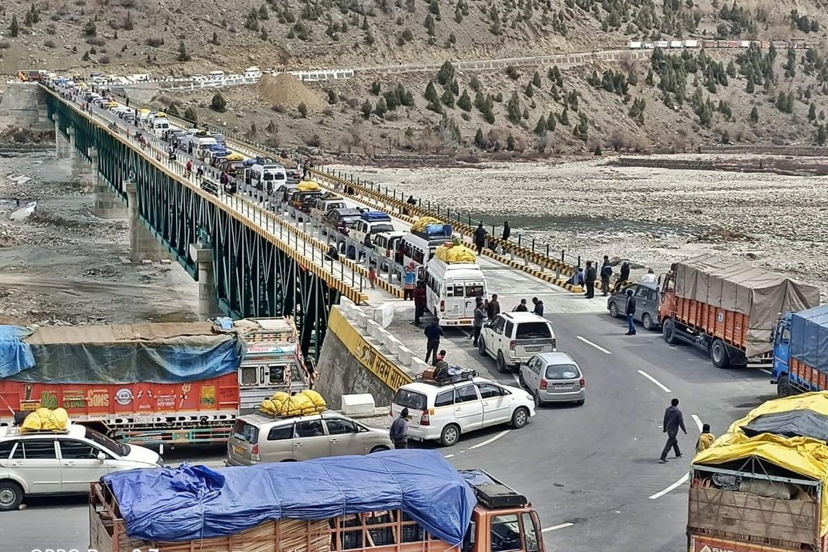 शिमला. हिमाचल प्रदेश के लाहौल स्पीति (Lahaul Spiti) के बारलाचा पास पर भारी हिमपात के चलते लेह-मनाली हाईवे (Leh Manali Highway) एक बार फिर से बंद हो गया है.सभी प्रकार के वाहनों के लिए, केलांग से आगे यह मार्ग अवरुद्ध है.
