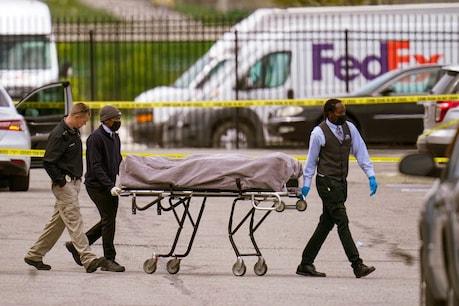 इंडियानापोलिस में घटनास्थल से शव ले जाते सुरक्षाकर्मी  (AP Photo/Michael Conroy)