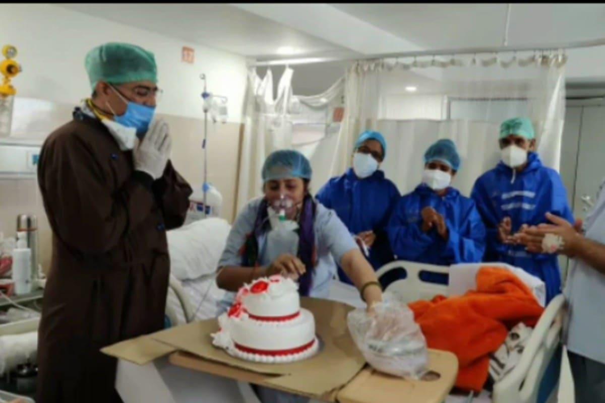 ये तस्वीर है मेरठ के एक अस्पताल में बने कोविड वॉर्ड की. यहां एक महिला का जन्मदिन मनाया जा रहा है. यहां के डॉक्टर, नर्स और पेशेंट इस बर्थडे सेलिब्रेशन में शरीक हैं. आप जानते हैं कि किसी भी बीमारी से जीतने के लिए आपके मन का स्वस्थ और मजबूत होना पहली शर्त है. जाहिर है जन्मदिन मनाने की यह तैयारी उसी मजबूती का परिचायक है.
